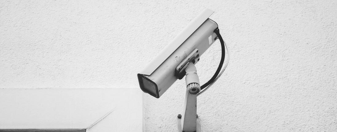 caméra de surveillance fixée sur un mur