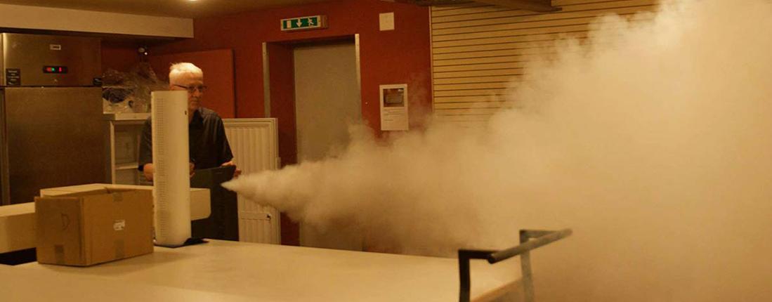 générateur de fumée actif dans une pièce