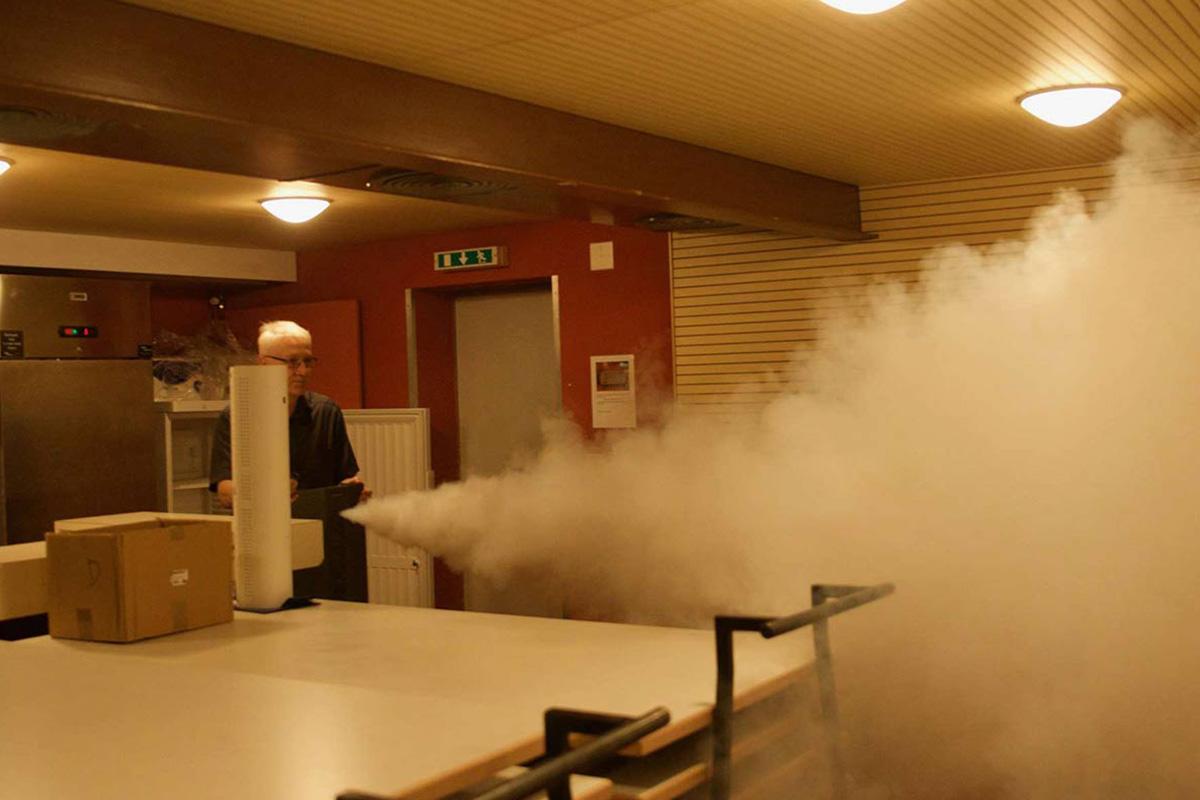 générateur de fumée en action dans une pièce fermée